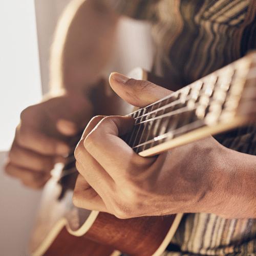 homme jouant de la musique