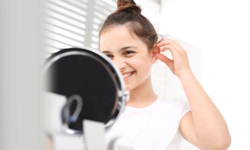 enfant portant une aide auditive